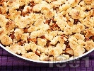 Рецепта Френски сладкиш фъдж с ябълки, орехи, канела и натрошено маслено тесто на трохи